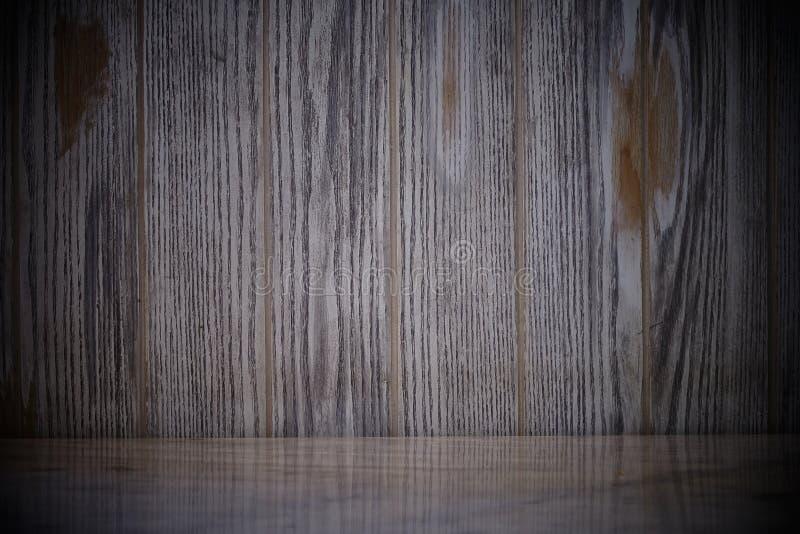Leere Marmortabelle auf dunkler alter h?lzerner Wandbeschaffenheit mit nat?rlichem Musterhintergrund stockfoto