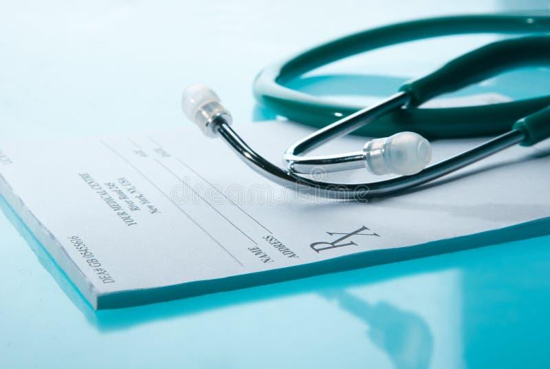 Leere medizinische Verordnung mit einem Stethoskop stockfoto