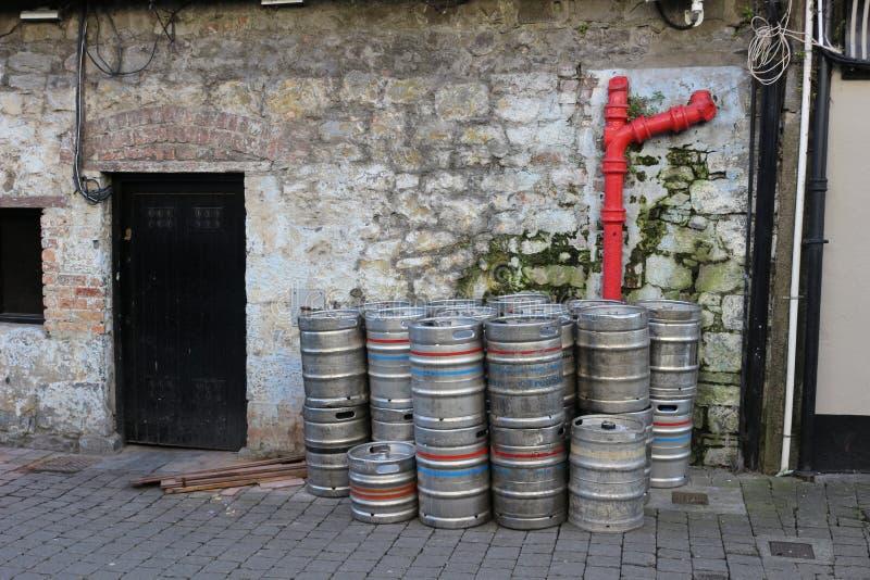 Leere Metallfässer außerhalb einer Stange in Irland Irland bekannt für ihre trinkende Kultur und Touristen scharen sich zum Land  stockbild