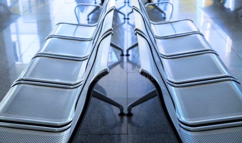 Leere metallische Stühle im Flughafen Warteraum-Möbelfoto Flughafenabfahrt- oder -ankunftskonzeptfoto stockfotos