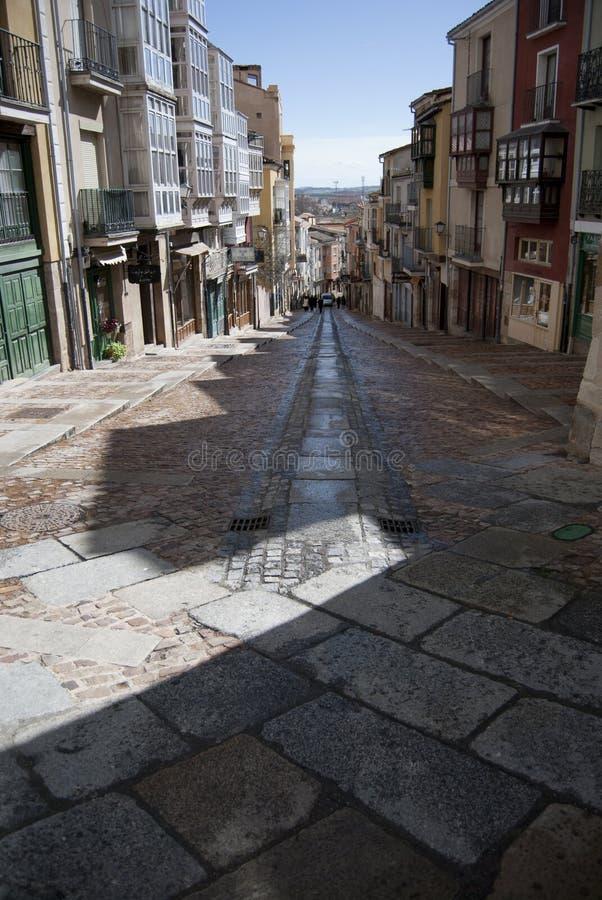 Leere mittelalterliche Straße von Leuten nach Dusche stockfotos