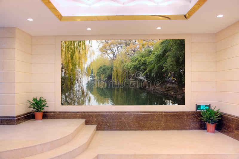 Leere moderne Halle mit Landschaft stockfotografie