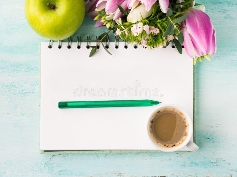 Leere Notizbuchseite mit Stift und Tasse Kaffee stockbild