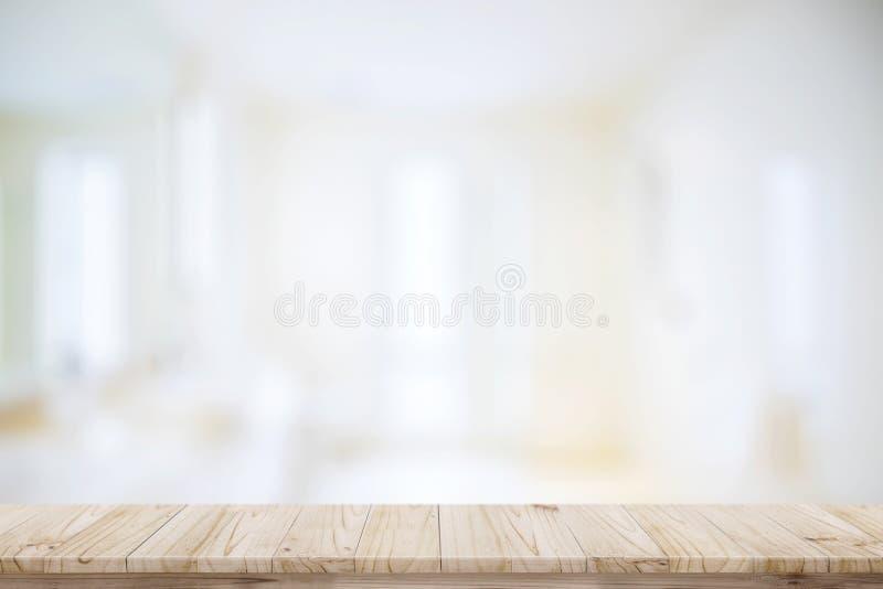 Leere oberste hölzerne Tabelle und unscharfer Badezimmerhintergrund lizenzfreie stockfotografie