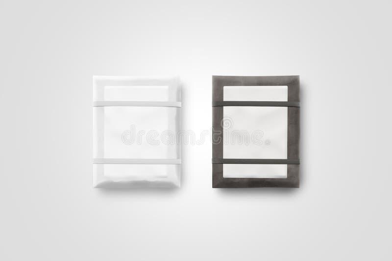 Leere Pakettasche mit leerem Aufkleberspott oben lokalisiert lizenzfreie stockbilder