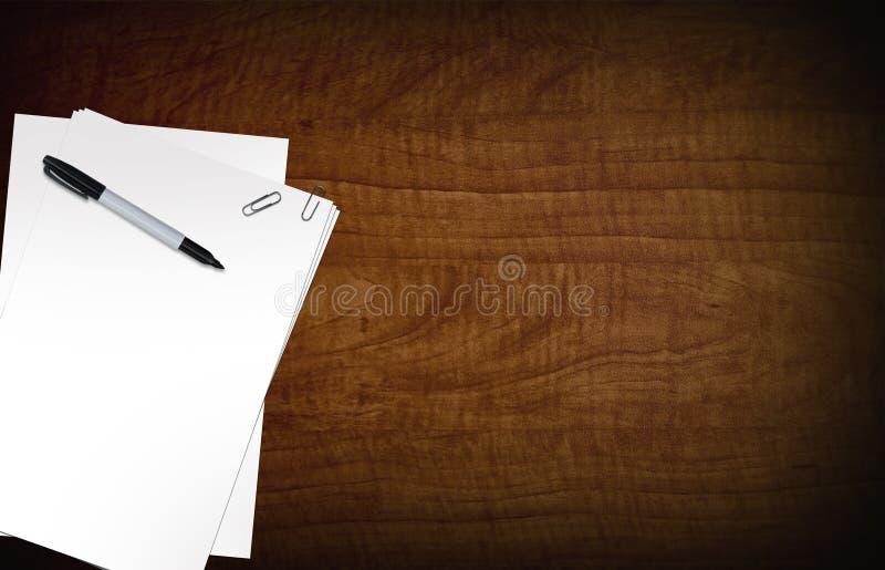 Leere Papiere auf Schreibtisch stockfotos