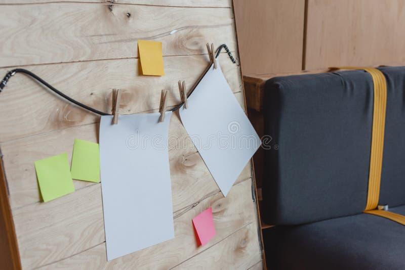 leere Papiere und Aufkleberhängen stockfoto
