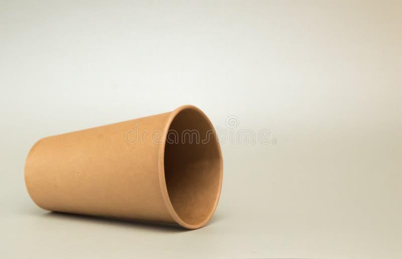 Leere Papierschale f?r Kaffeel?gen auf seiner Seite auf wei?em Hintergrund stockfotos