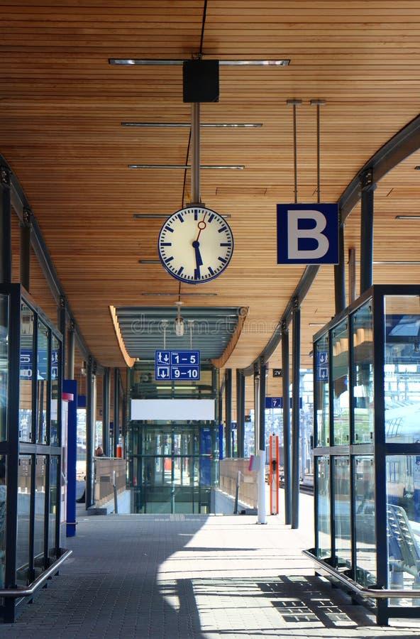 Leere Plattform in der Bahnstation stockfoto