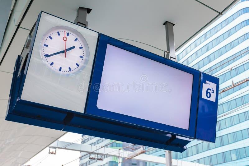 Leere Plattforminformationsanzeige auf einem niederländischen Bahnhof lizenzfreie stockfotografie