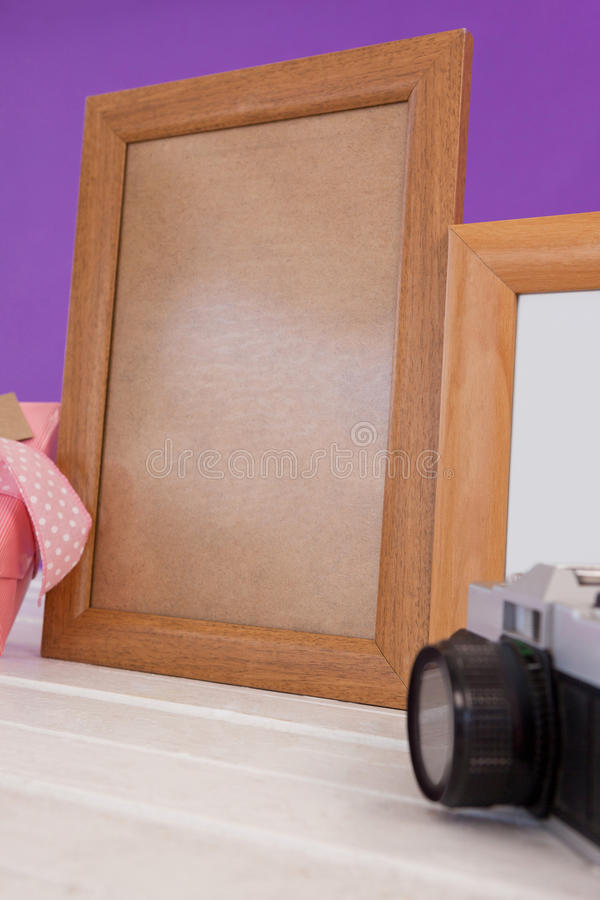 Leere Rahmen mit Kamera auf weißer Tabelle lizenzfreies stockbild