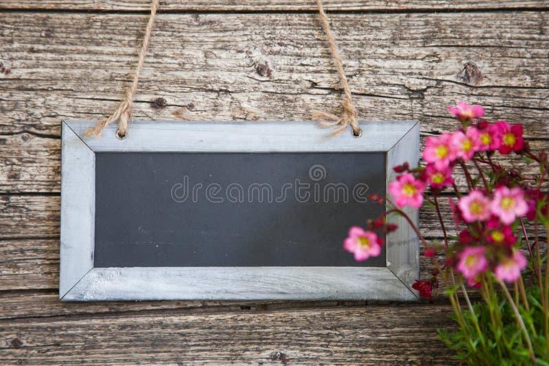 Leere rechteckige Tafel auf rustikaler hölzerner Wand stockbild