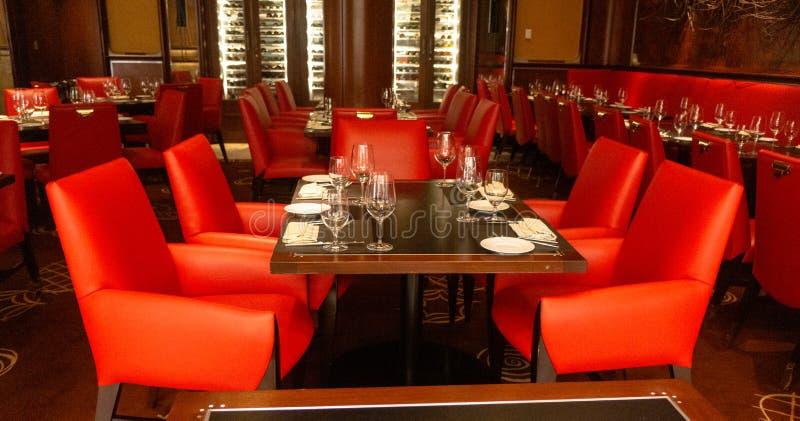 Leere Restaurant-Tabellen und Stühle, die Gäste erwarten stockfoto
