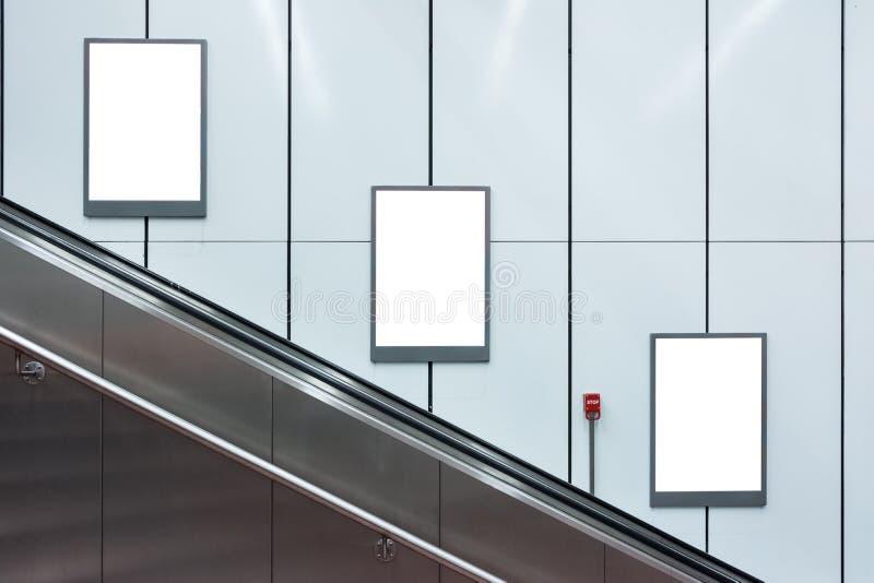Leere Rolltreppen-U-Bahn-Anzeigen drei Copyspace weißer Isolator stockbild