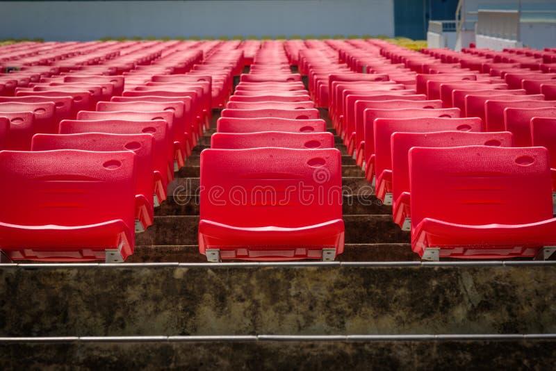 Leere rote Sitze im Fußballstadion stockfoto