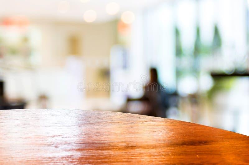 Leere Rundtischspitze an der Kaffeestube verwischte Hintergrund mit bok lizenzfreies stockbild