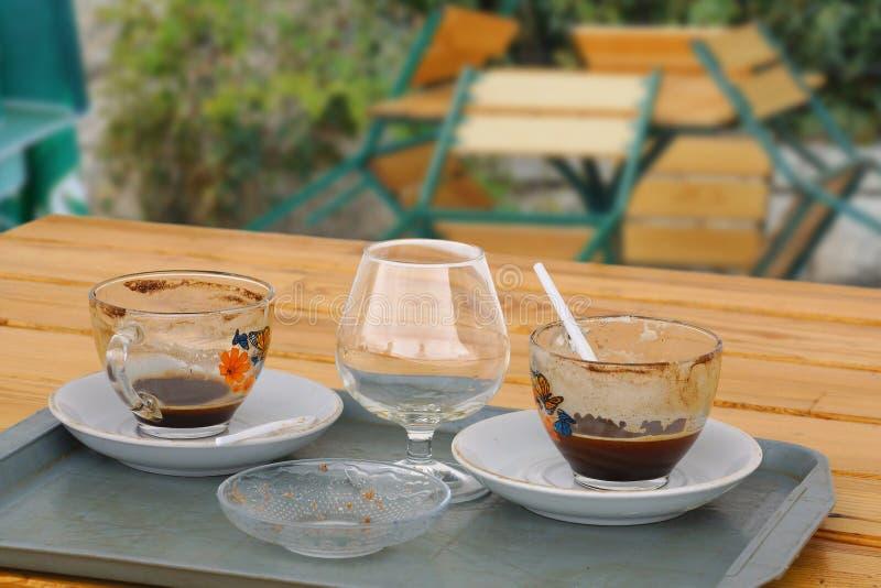 Leere Schalen vom Kaffee und vom Kognak lizenzfreie stockfotografie