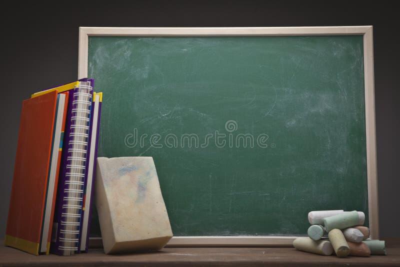 Schultafel mit kreide und schwamm  Leere Schultafel Stockfotos - Bild: 29347633