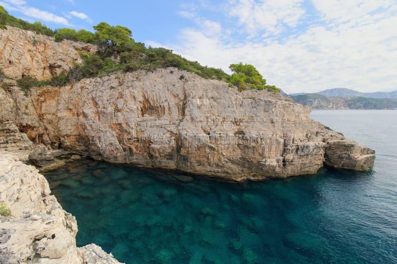 Leere Seehöhle auf der Lokrum-Insel in Kroatien lizenzfreie stockfotos