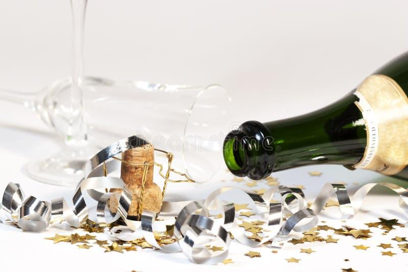 Leere Sekt-Flasche umgeworfenes Glas stockbilder
