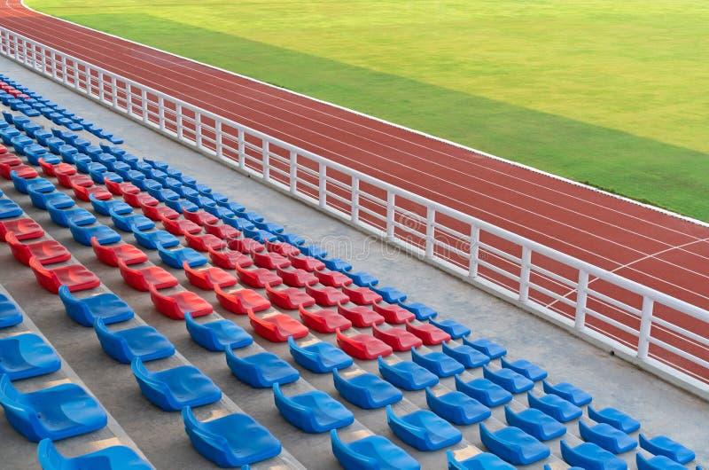 Leere Sitze in der großartigen Fußballarena des Fußballplatzes mit Laufbahnen im Sportstadion stockfoto