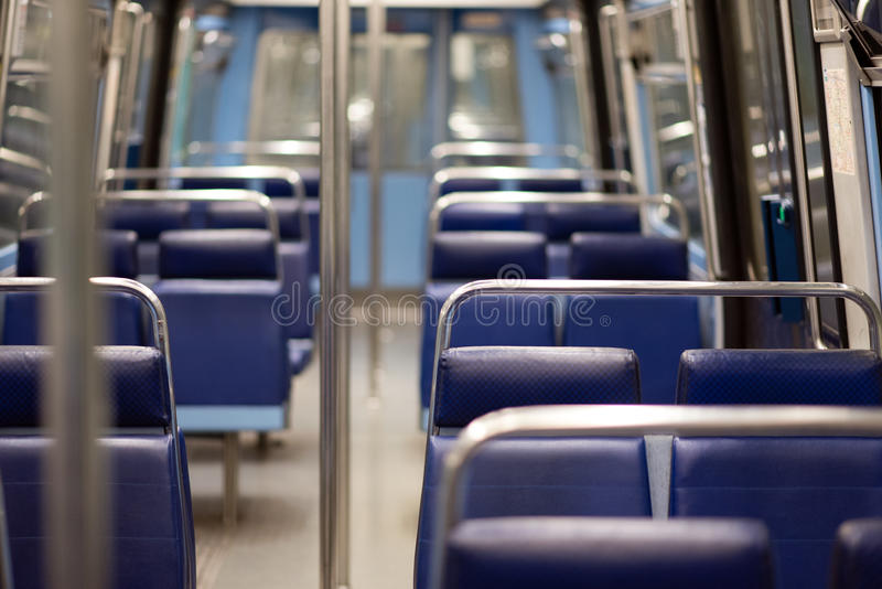 Leere Sitze der Pariser U-Bahn stockbilder