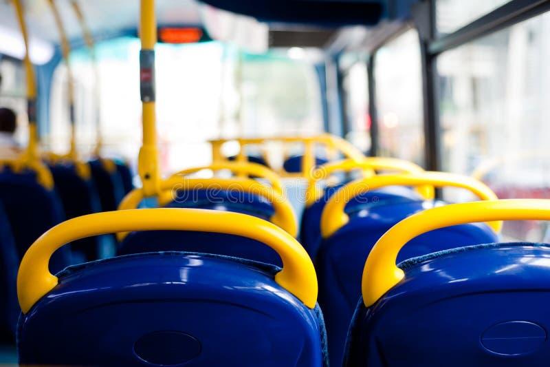 Leere Sitze des Busses stockbild