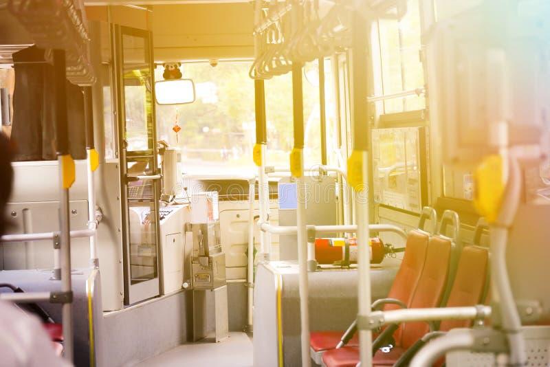 Leere Sitze des Busses Innen mit niemandem Innere - Transportbetrug lizenzfreies stockfoto