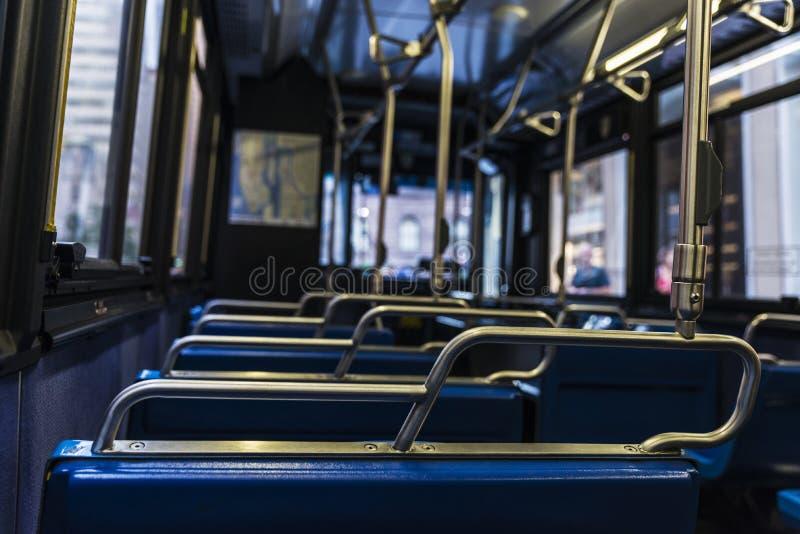 Leere Sitze innerhalb eines Busses in New York City, USA lizenzfreies stockfoto