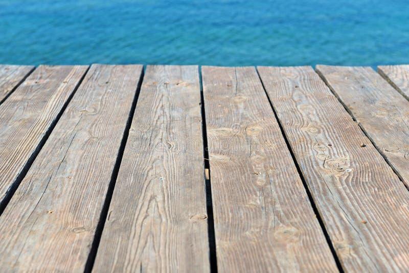 Leere Spitze des hölzernen Hintergrundes und der Ansicht zum Meer stockfoto