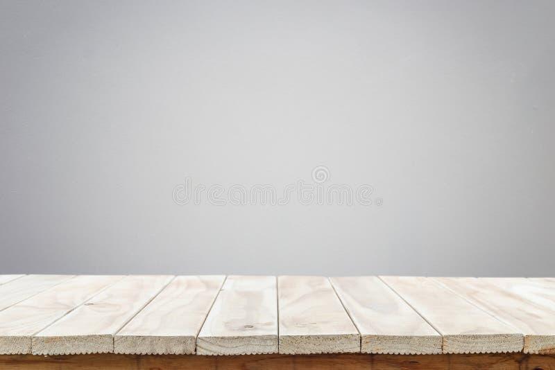 Leere Spitze des Holztischs oder des Zählers lokalisiert auf weißem backgroun stockbild