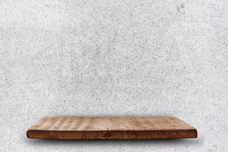 Leere Spitze von hölzernen Regalen auf dem weißen Terrazzosteinwand backg lizenzfreie stockfotos