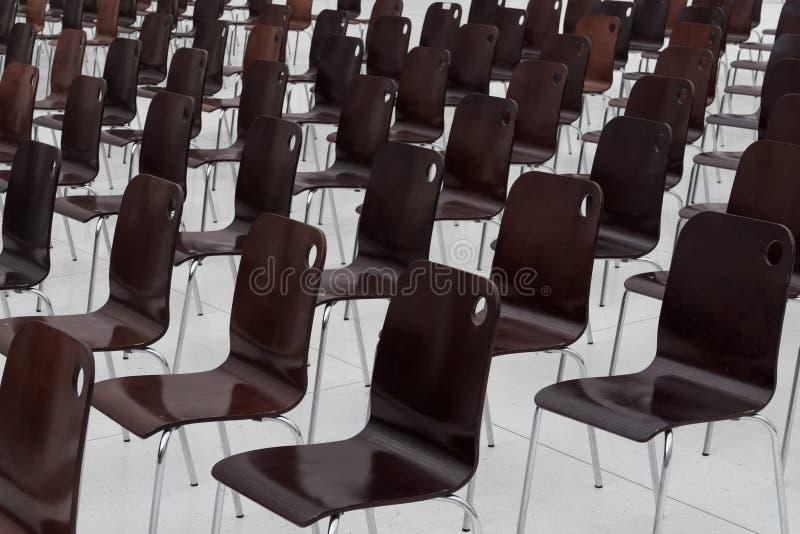 Leere Stühle in Folge lizenzfreie stockfotografie