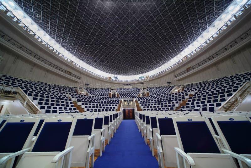 Leere Stühle in Tchaikovsky Konzertsaal lizenzfreie stockbilder