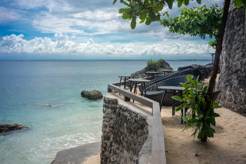 Leere Stühle und Tabellen auf Strandrestaurant lizenzfreie stockbilder