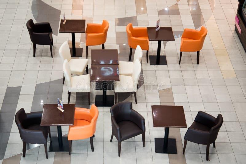 Leere Stühle und Tische im Café Die Aussicht von oben Es gab keine Besucher Es gibt keinen Handel Schlechter Verkehr Bankrott stockfotos