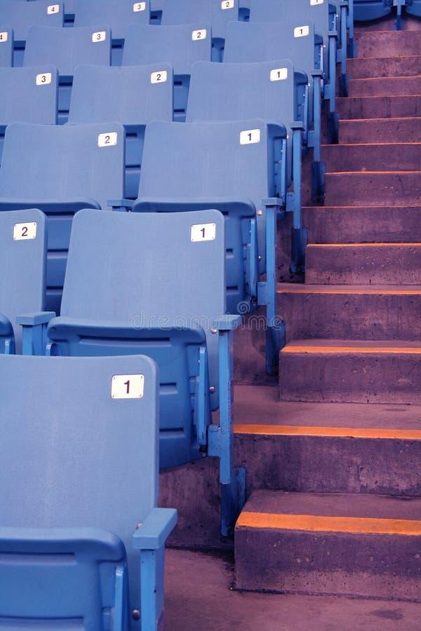 Leere Stadionsitze stockbilder
