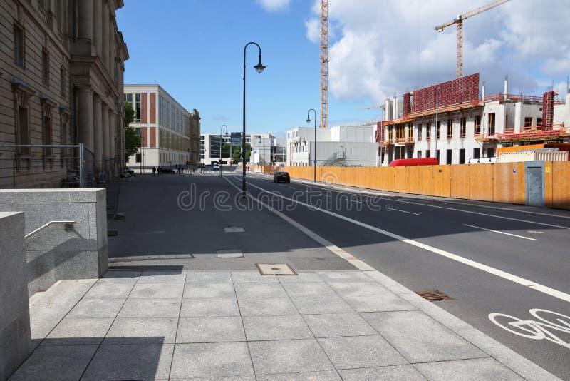 Leere Straße in der deutschen Hauptstadt Berlin lizenzfreie stockfotos