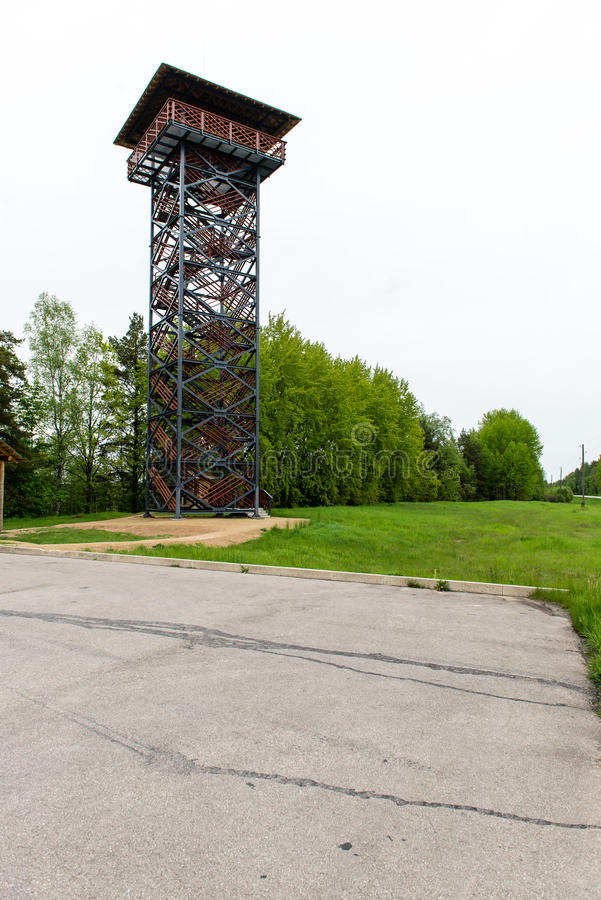 Leere Straße in der Landschaft mit Wachturm stockfoto