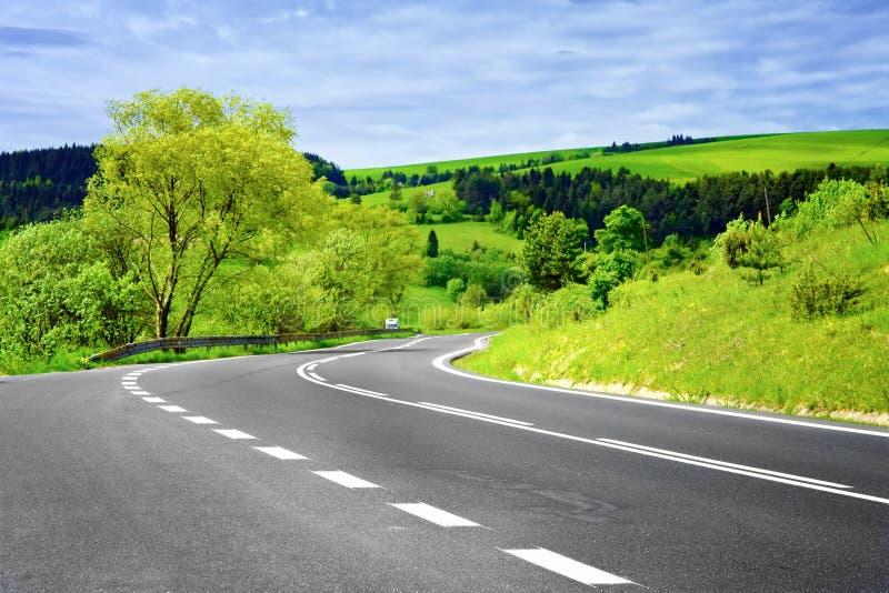 Leere Straße in der landwirtschaftlichen Landschaft lizenzfreies stockfoto