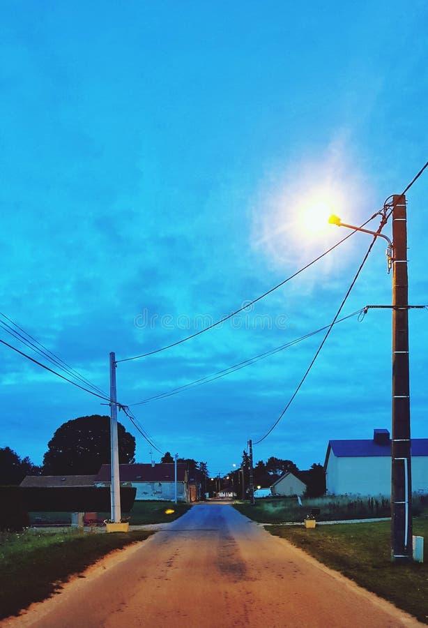 Leere Straße in einem Dorf lizenzfreie stockfotografie