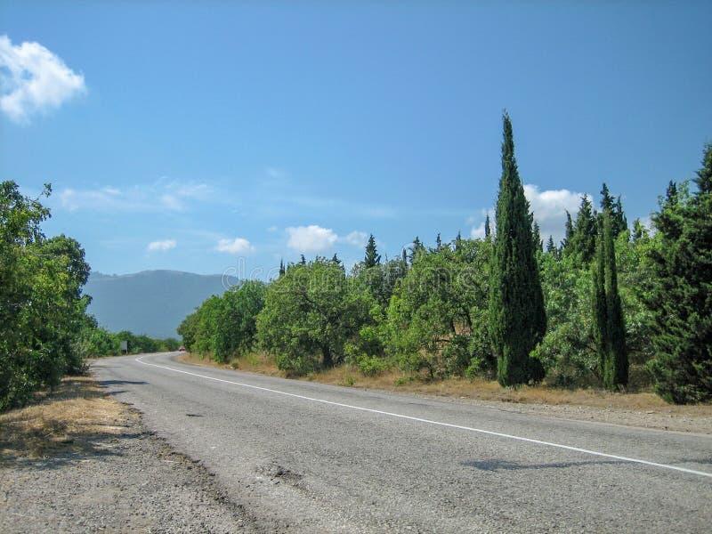 Leere Straße im südlichen hügelig-Gebirgsbereich an einem heißen Sommertag lizenzfreies stockbild
