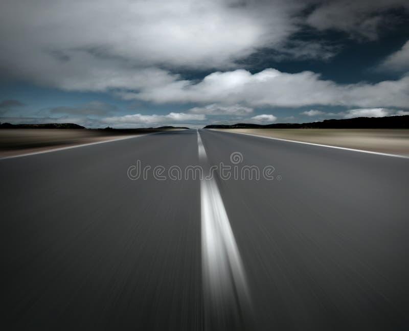 Leere Straße und Wolken lizenzfreies stockfoto