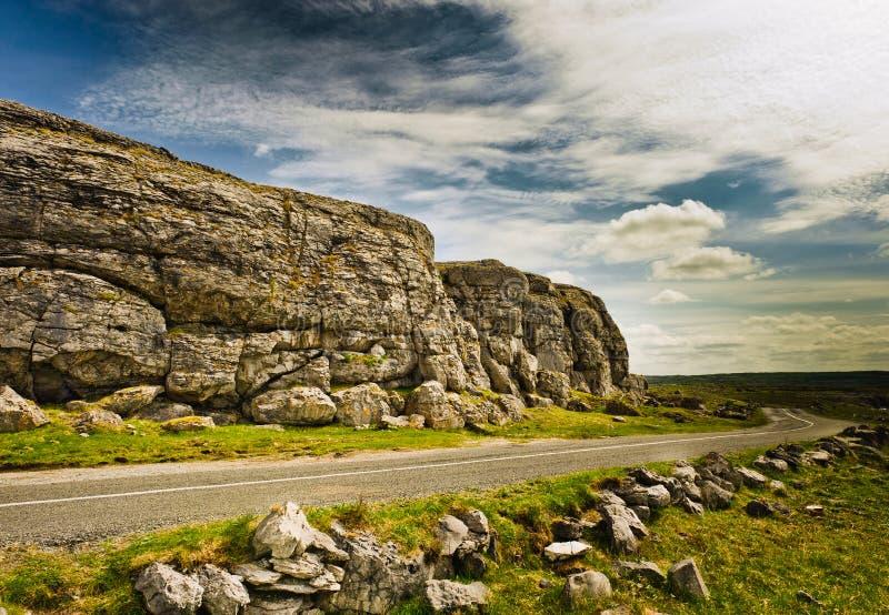 Leere Straße unter blauem Himmel, das Burren, Irland lizenzfreies stockfoto