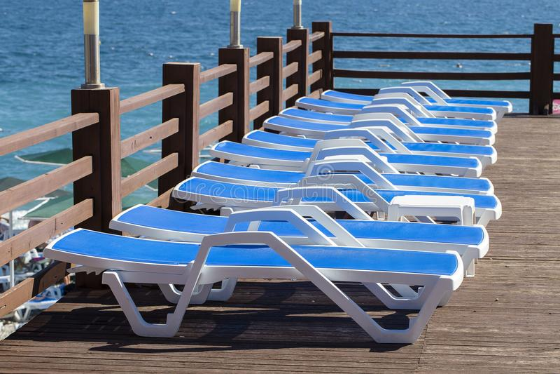 Leere Strandstühle auf dem Strand nahe Meerwasser, Kemer, die Türkei, Mittelmeer lizenzfreies stockbild