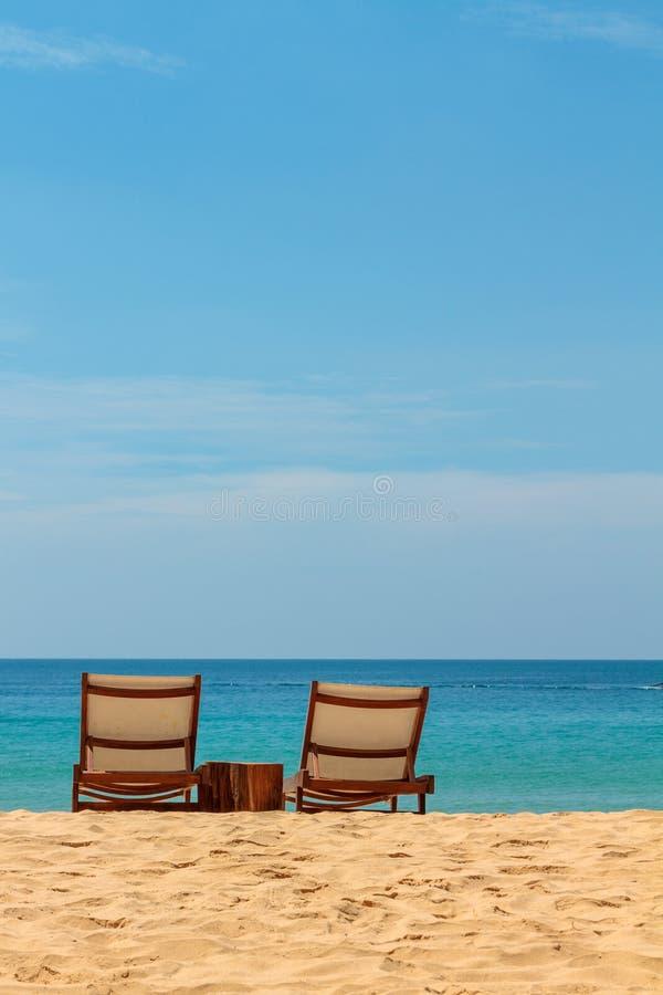 Leere sunbeds auf einem herrlichen sandigen Strand stockbild