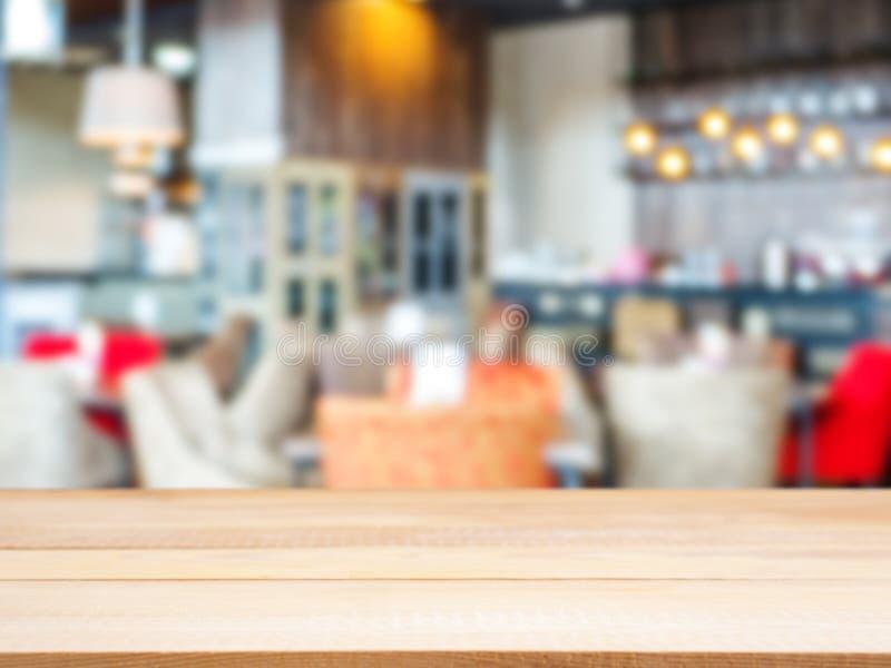 Leere Tabelle des hölzernen Brettes vor unscharfem Café stockbilder