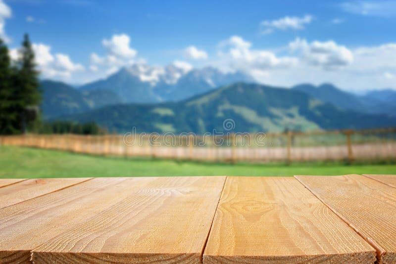 Leere Tabelle vor undeutlicher Natur und Gebirgshintergrund Bereiten Sie f?r Produktanzeigen-Montage vor stockfoto