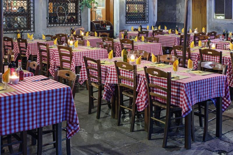 Leere Tabellen an einem Restaurant im Freien lizenzfreies stockbild