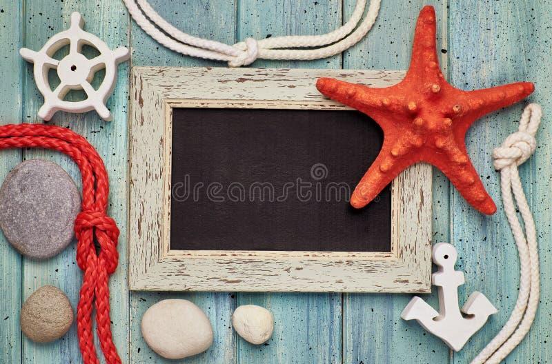 Leere Tafel mit Seeoberteilen, Seil, Anker und Stern fischen an stockbild